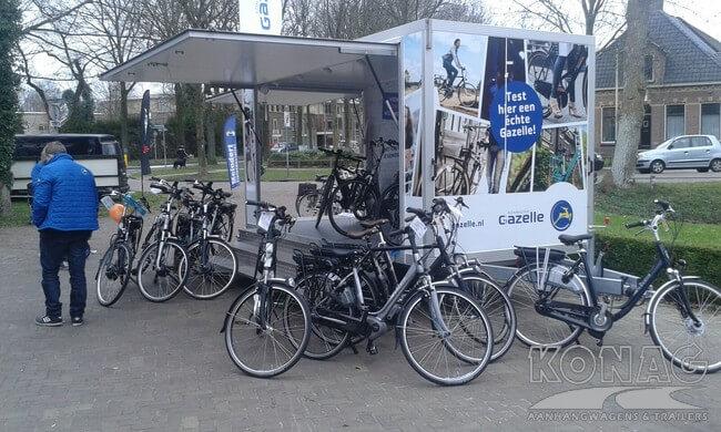 Konag presentatiewagen Gazelle in bedrijf