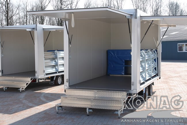 Konag presentatiewagen voorzien van trappen en fietsenbescherming