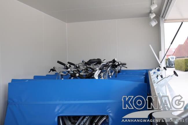 Konag presentatiewagen voorzien van fietsen en kussens